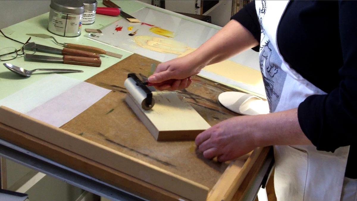 sherrie-york-printmaking-inking-the-block-with-the-brayer